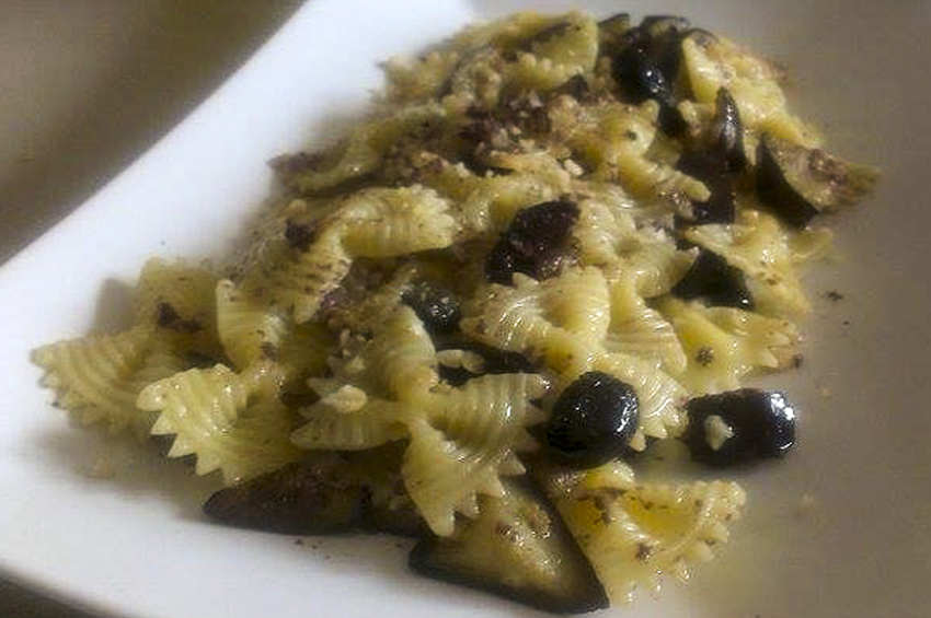farfalle con peperoni olive e pancetta