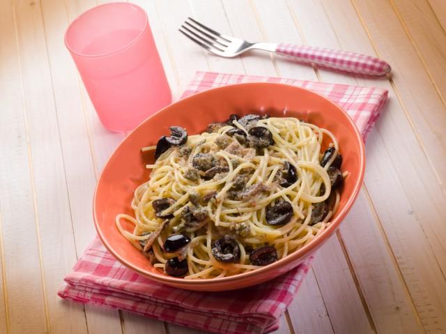 spaghetti con acciughe capperi e olive nere