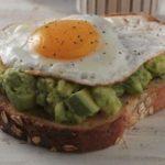 Spuntino veloce o colazione sostanziosa: toast con avocado e uovo